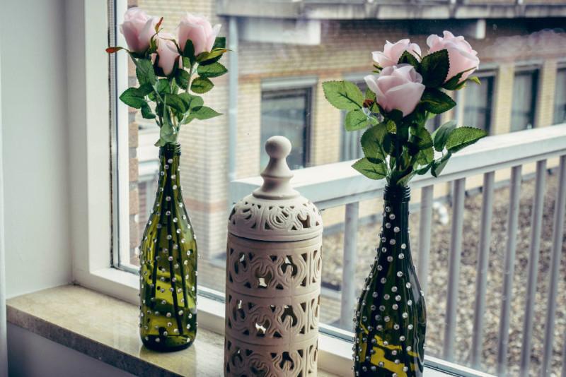 Diy how to reuse wine bottles as flower vases shrads for Handmade flower vase with waste material